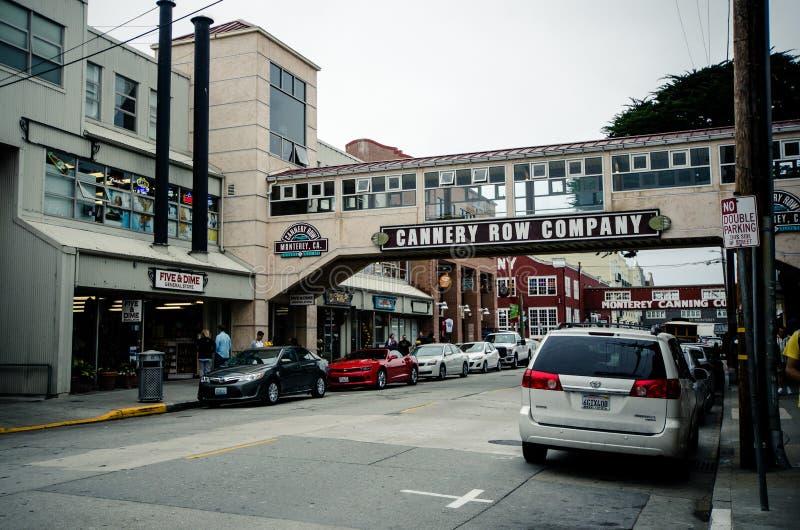 A fileira da fábrica de conservas, um destino popular para turistas da estrada 1, oferece lojas de lembranças e restaurantes fotos de stock