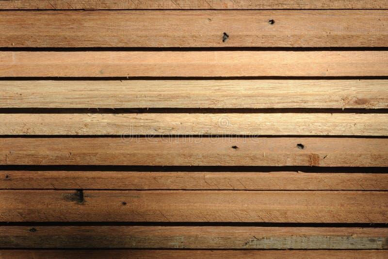 Fileira da madeira da teca no armazém imagens de stock