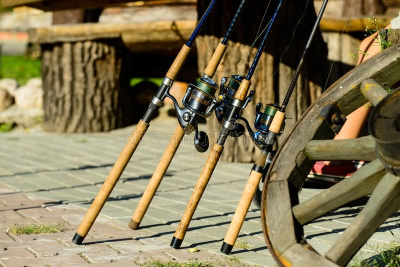 Fileira da pesca das varas de pesca imagem de stock