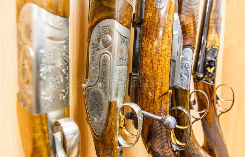 Fileira das armas na loja imagem de stock royalty free