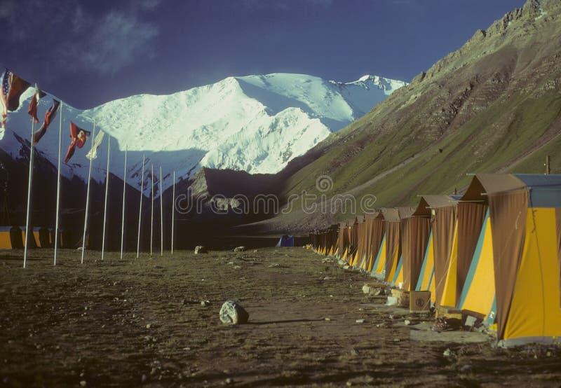 Fileira das barracas & das bandeiras fotografia de stock royalty free