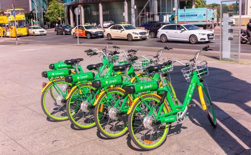 Fileira das bicicletas para compartilhar em Berlim imagem de stock royalty free