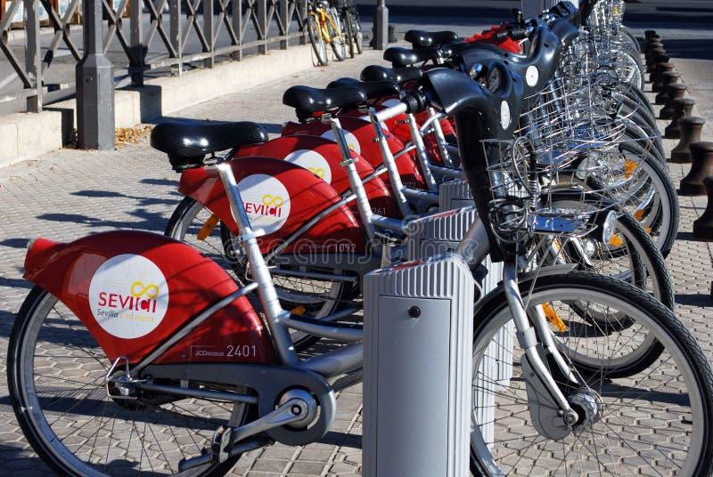 Fileira das bicicletas para o aluguer, Sevilha, Espanha. imagens de stock