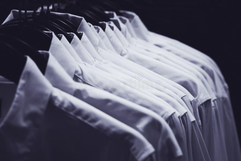 Fileira das camisas brancas fotografia de stock royalty free