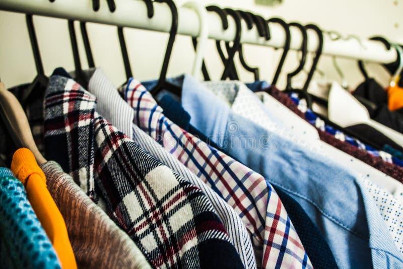 Fileira das camisas - estilo de matéria têxtil da coleção do vestuário das listras fotos de stock royalty free