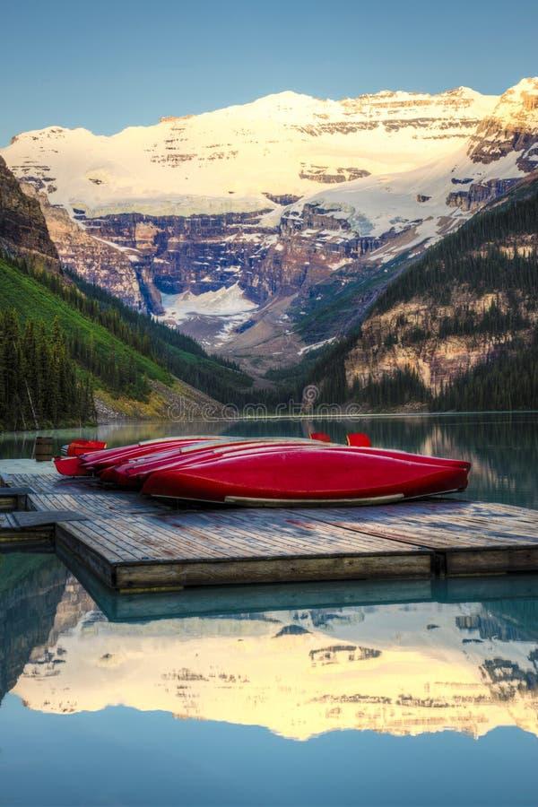 Download Fileira Das Canoas, Parque Nacional De Banff Foto de Stock - Imagem de canoe, floresta: 29833228