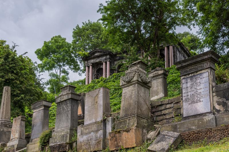 Fileira das lápides em Glasgow Necropolis, Escócia Reino Unido fotos de stock