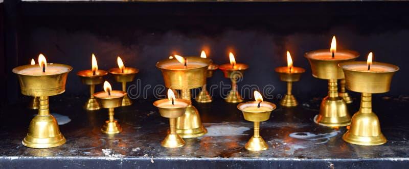 Fileira das lâmpadas de bronze - festival de Diwali na Índia - espiritualidade, religião e adoração imagem de stock royalty free