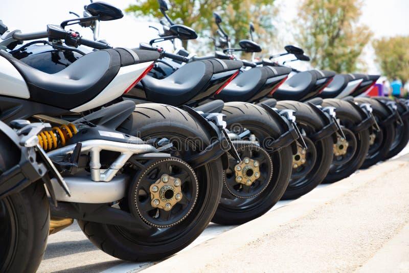 Fileira das motocicletas na movimentação do teste imagens de stock