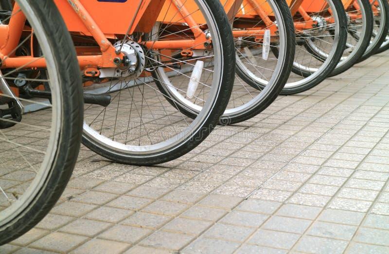 Fileira das rodas de bicicleta no passeio do Santiago do centro, o Chile fotografia de stock