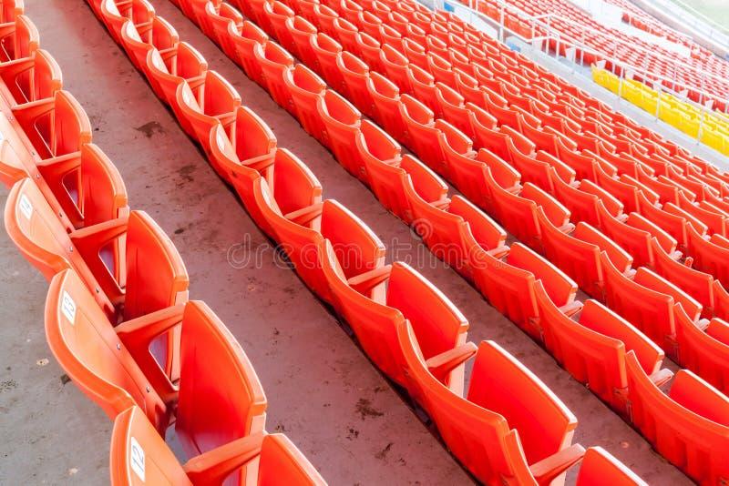 Fileira de assentos vermelhos no estádio de futebol foto de stock