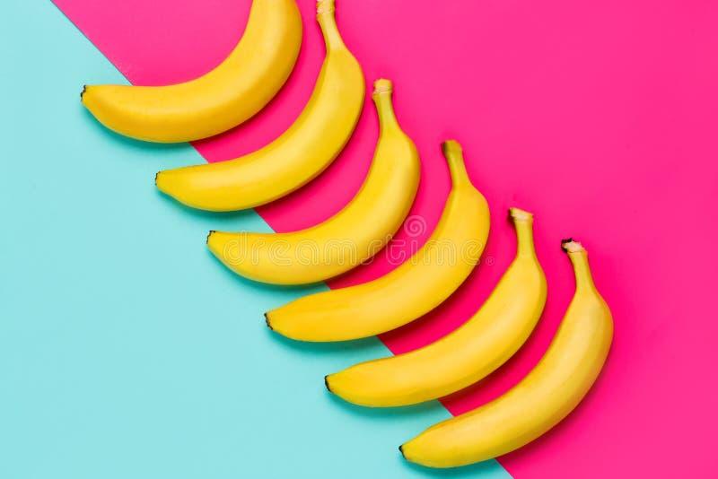 Fileira de bananas amarelas fotografia de stock