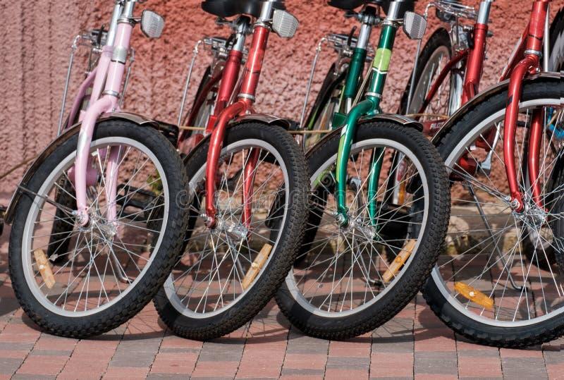 Fileira de bicicletas coloridas na rua foto de stock