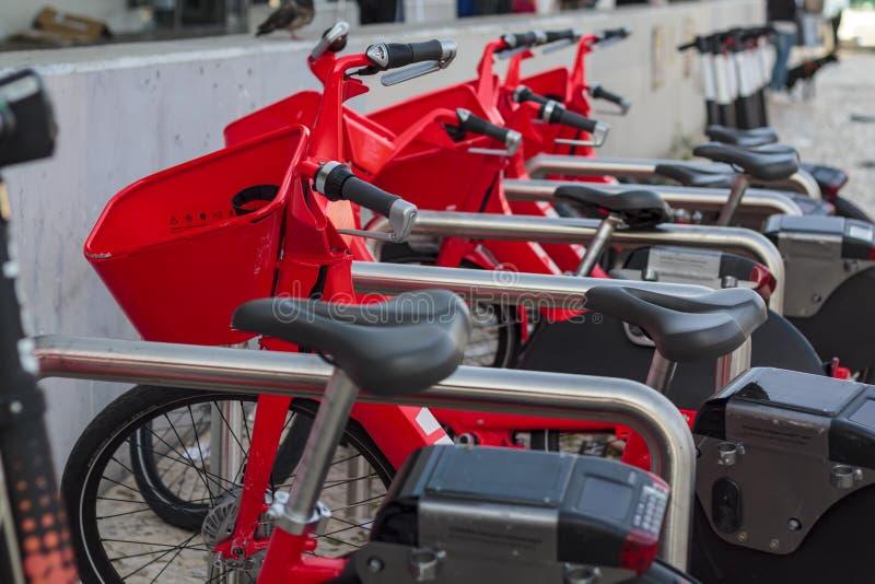 Fileira de bicicletas el?tricas fotografia de stock royalty free