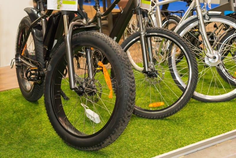 Fileira de bicicletas modernas novas na loja imagens de stock