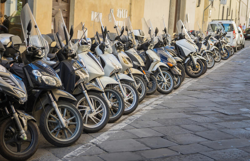Fileira de bicicletas motorizadas estacionadas imagem de stock royalty free