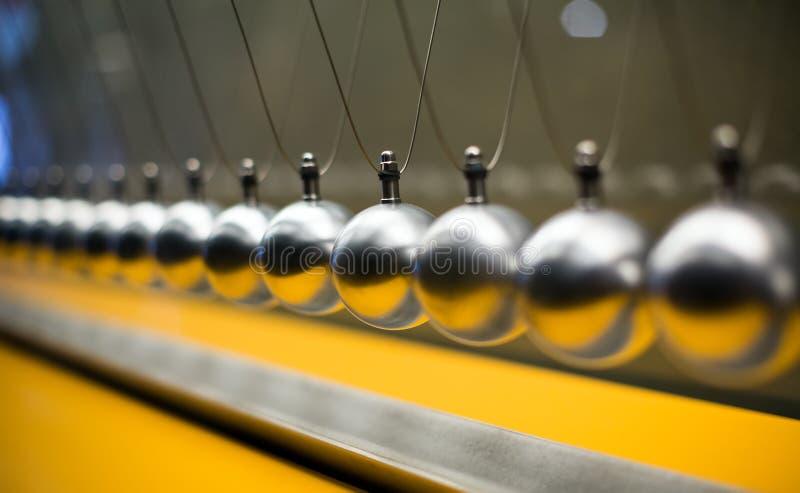 Fileira de bolas metálicas para experiências da inércia imagem de stock