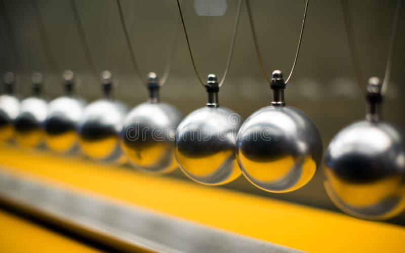 Fileira de bolas metálicas para experiências da inércia fotografia de stock royalty free