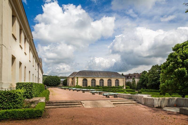 Fileira de cânones antigos fora do castelo Le Verrerie em Le Creusot, Borgonha, França imagem de stock royalty free