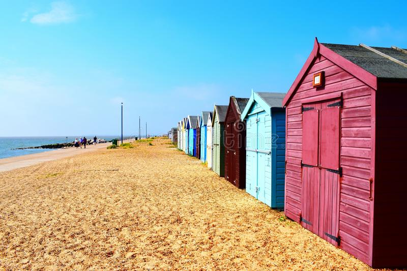 Fileira de cabanas da praia na linha da costa do Suffolk imagem de stock royalty free