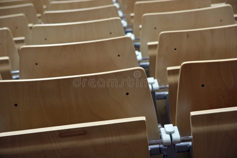 Fileira de cadeiras fotos de stock