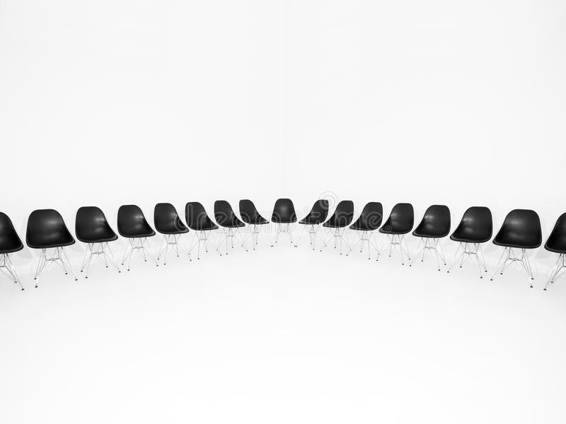 Fileira de cadeiras pretas fotos de stock