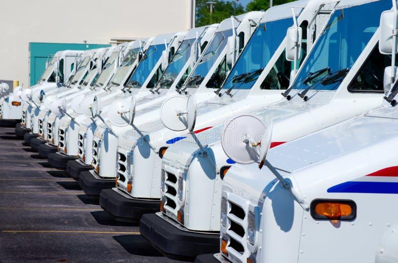 Fileira de caminhões de entrega postal imagem de stock