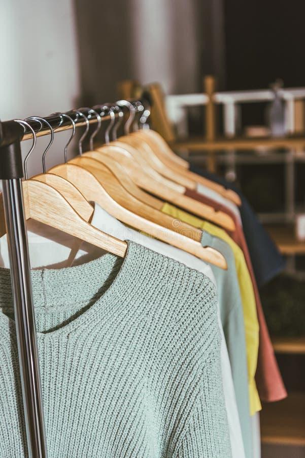fileira de camisetas e de camisas coloridas diferentes imagens de stock