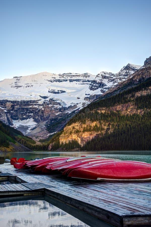 Download Fileira Das Canoas, Parque Nacional De Banff Foto de Stock - Imagem de brilhante, destinos: 29833034
