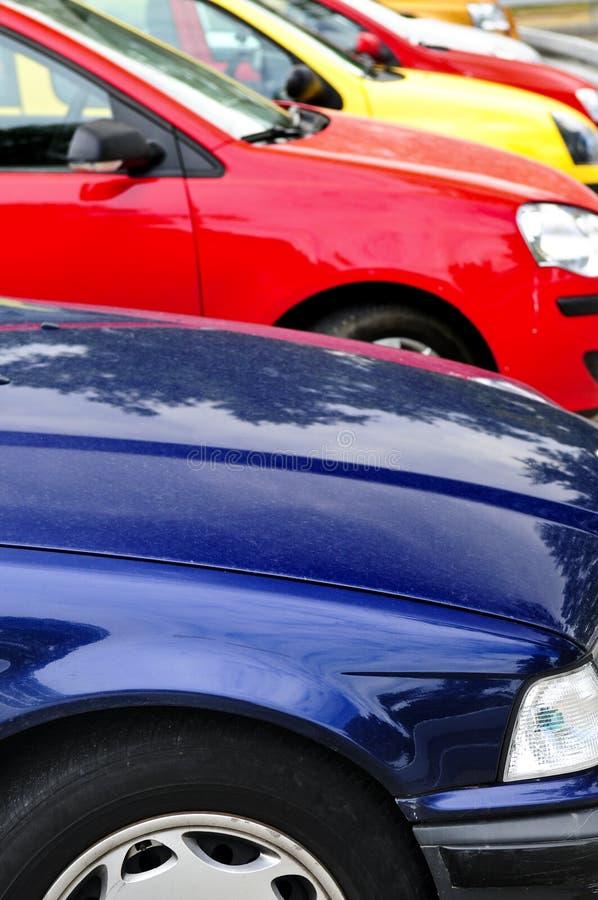 Fileira de carros estacionados fotografia de stock