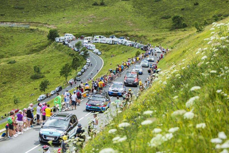 Fileira de carros técnicos em montanhas de Pyrenees - Tour de France 201 imagem de stock royalty free