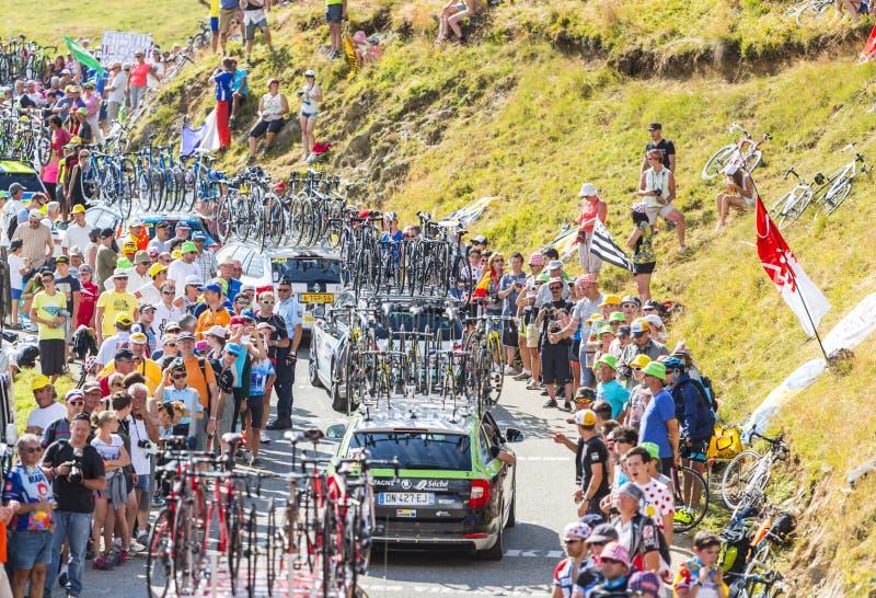 Fileira de carros técnicos nas montanhas - Tour de France 2016 fotos de stock royalty free