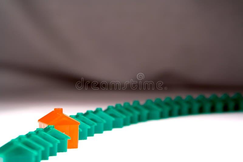 Fileira de casas plásticas de encontro a um contexto imagem de stock royalty free