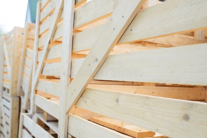 Fileira de casos de madeira vazios imagens de stock royalty free