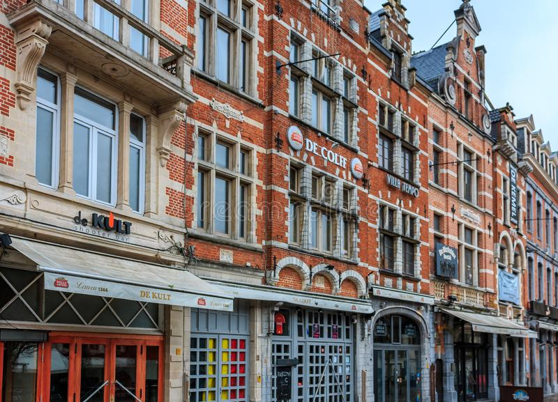 Fileira de construções bonitas em Oude Markt ( Mercado velho Square) , th imagem de stock
