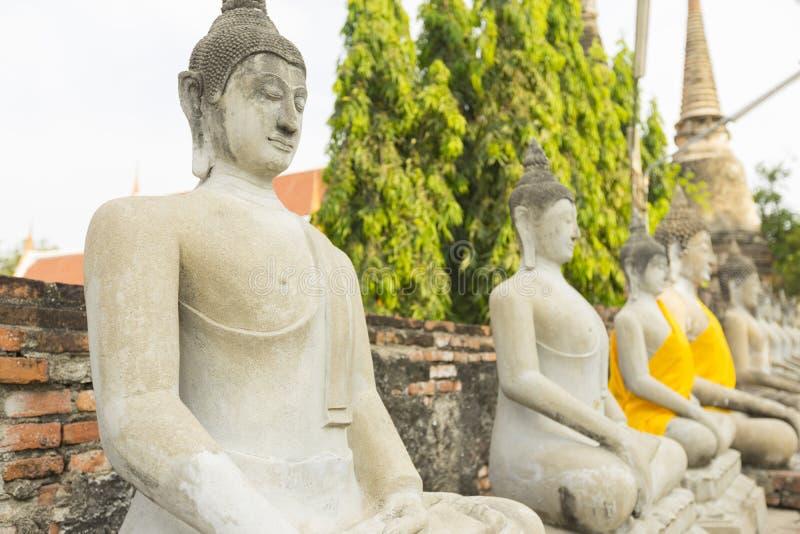 Fileira de estátuas da Buda em Wat Yai Chaimongkol em Ayutthaya fotografia de stock