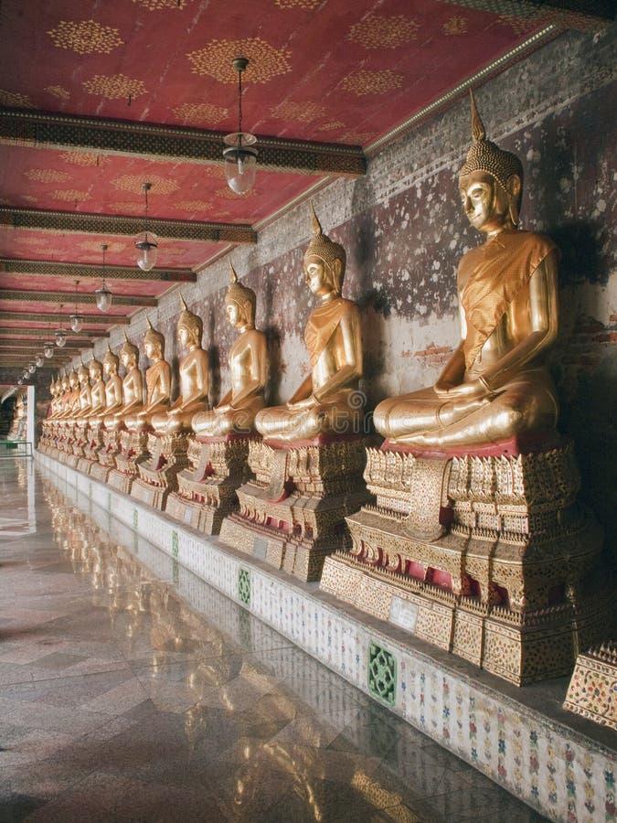 Fileira de estátuas de Buddha fotos de stock royalty free