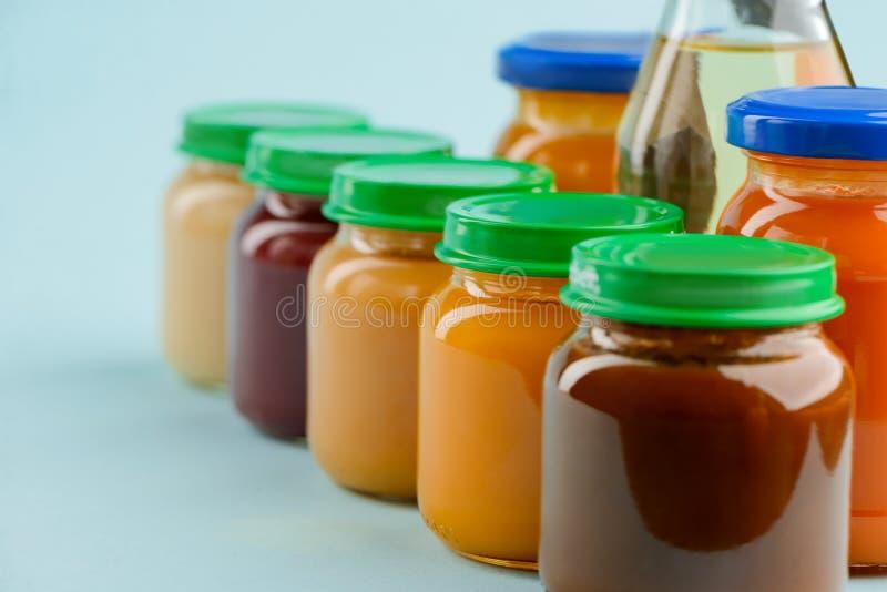 Fileira de frascos do comida para bebê fotografia de stock