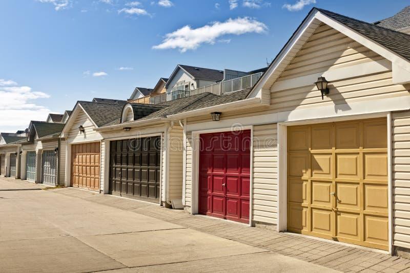 Fileira de garagens de estacionamento foto de stock