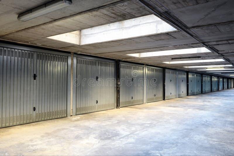 Fileira de garagens internas ou de aprisionamentos fotografia de stock