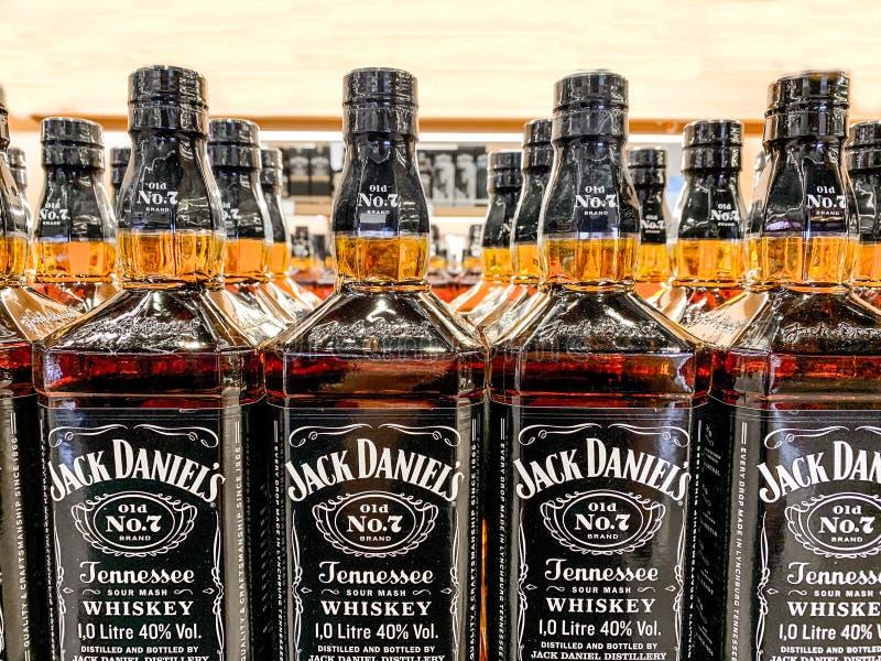 Fileira de garrafas de Jack Daniels Whiskey em uma prateleira de loja, foco seletivo Istambul, Turquia - em abril de 2019 imagem de stock