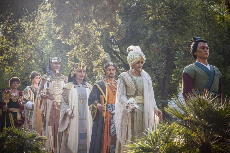 Fileira de Giants, Gegants, parada, figuras para festivais tradicionais e do folclore, Barcelona fotografia de stock