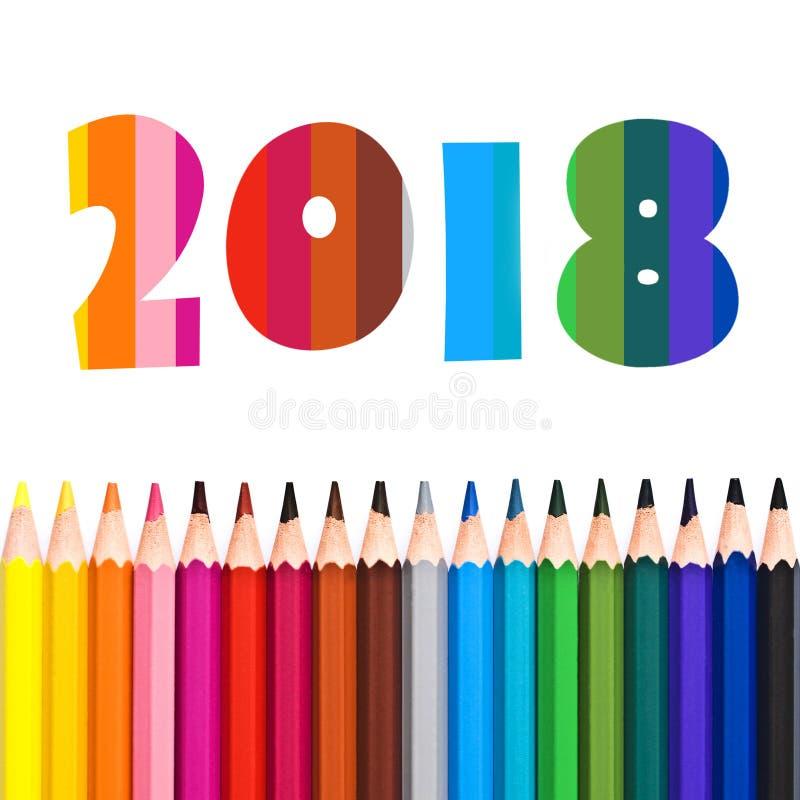 2018, fileira de lápis coloridos no branco fotos de stock