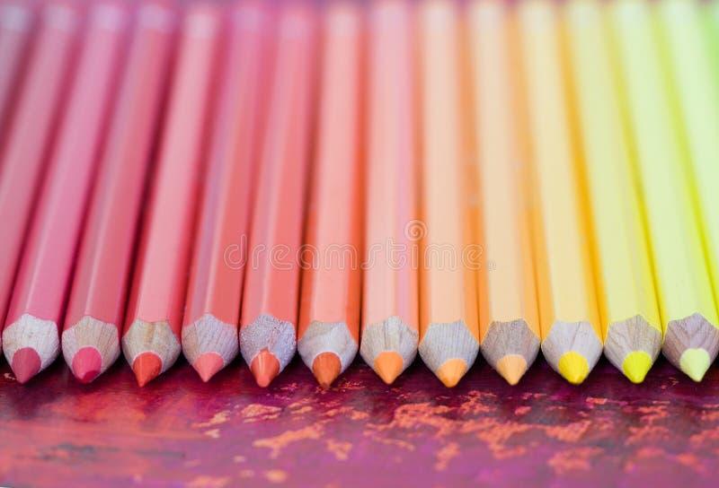 Fileira de lápis coloridos Pastel fotos de stock