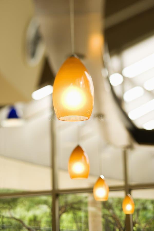 Fileira de luzes de suspensão imagens de stock