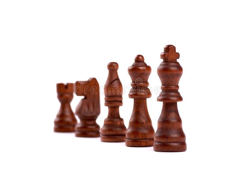 Fileira de partes de xadrez de madeira pretas Team Hierarchy With Defocused Background Isolado no fundo branco fotos de stock royalty free