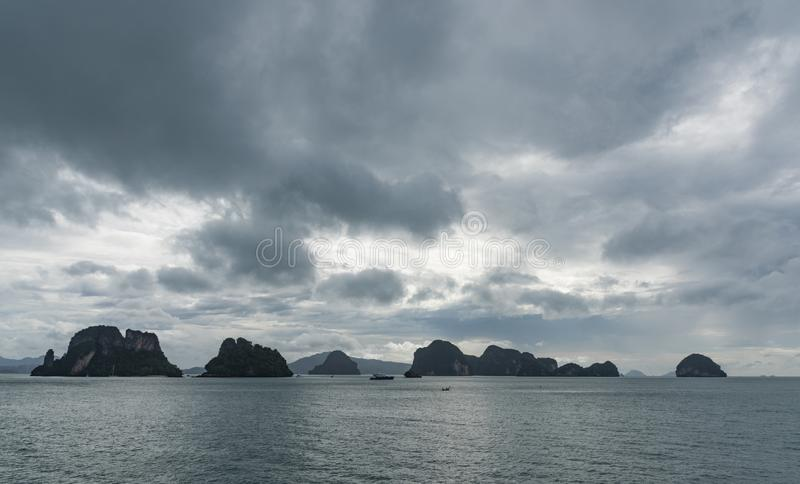 Fileira de pequenas ilhas no horizonte imagens de stock