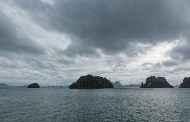 Fileira de pequenas ilhas no horizonte fotografia de stock