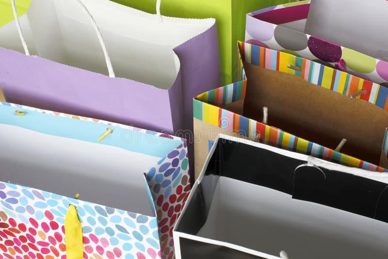 Fileira de sacos coloridos do presente imagens de stock