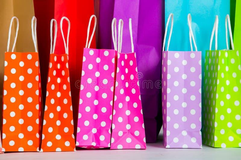 Fileira de sacos de compra fotos de stock